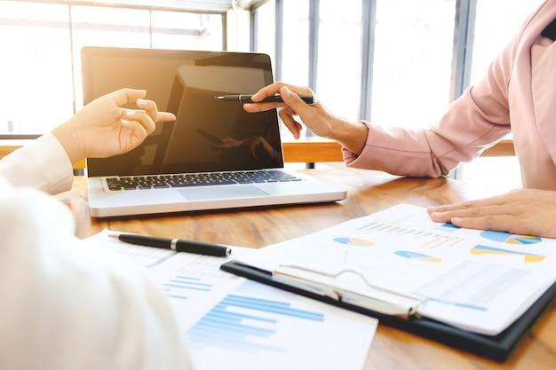 Análisis ejecutivo en papel de datos con contador utilizando calculadora en la oficina, concepto de negocio