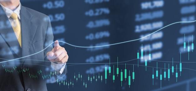 Análisis financiero del gráfico de acciones de la mano del hombre de negocios del concepto de inversión
