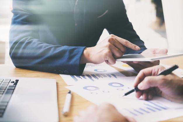 Análisis de negocios reunión equipo de formación.