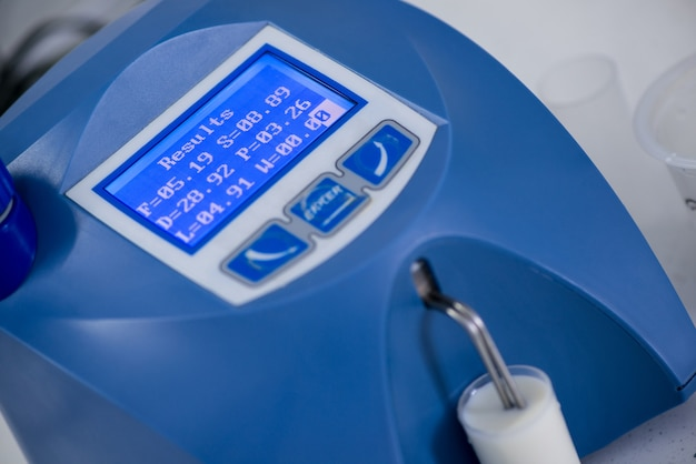 Análisis y prueba de productos lácteos en un dispositivo moderno. laboratorio de pruebas de una fábrica de leche