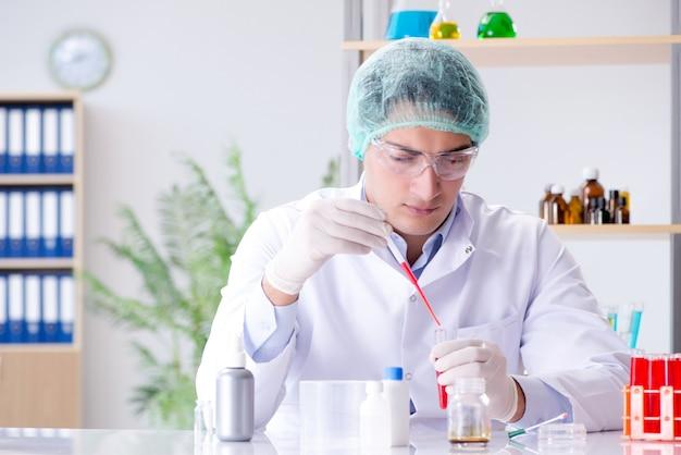 Análisis de sangre en el laboratorio con un joven científico.