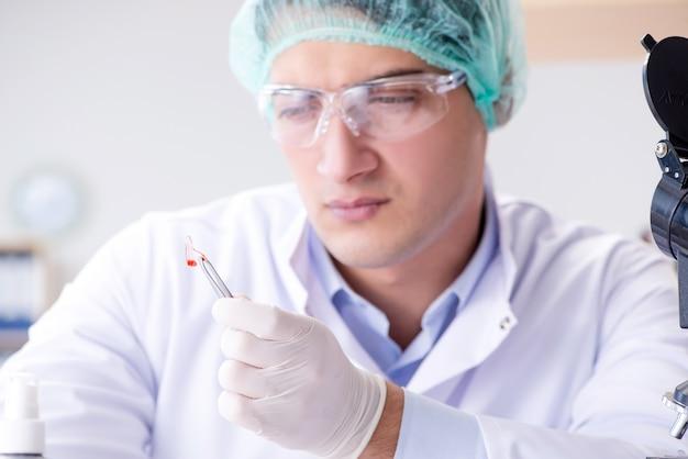 Análisis de sangre en el laboratorio.