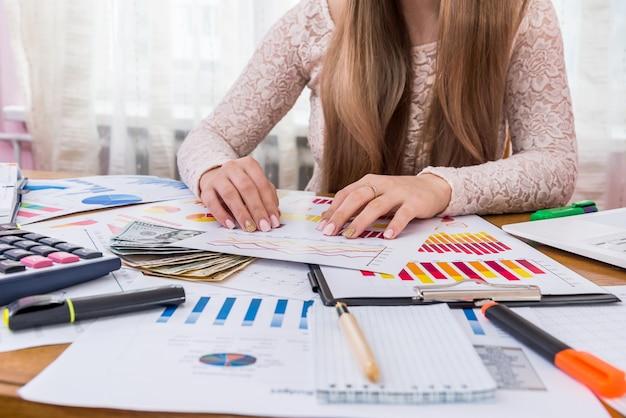 El analista de negocios trabaja con informes y gráficos comerciales.