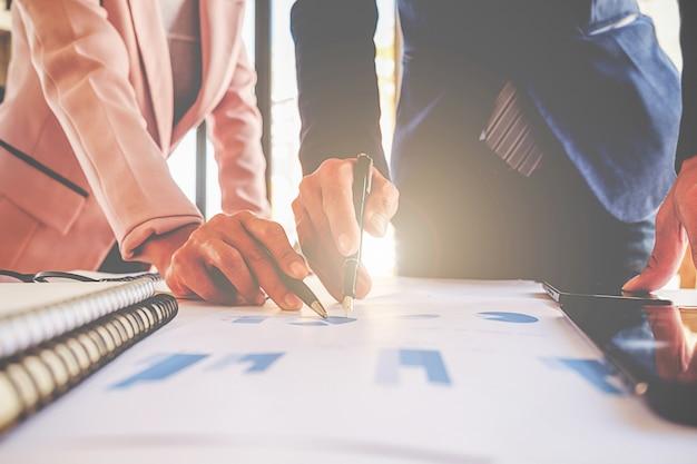 Analista proyecto discutiendo ejecutivo masculino finanzas