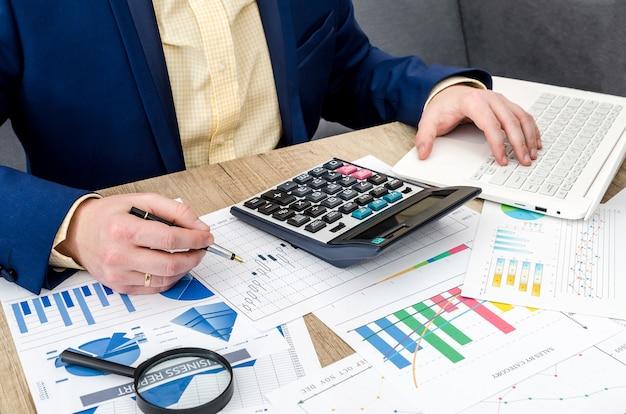 Analizando gráficos de negocios en la oficina por empresario