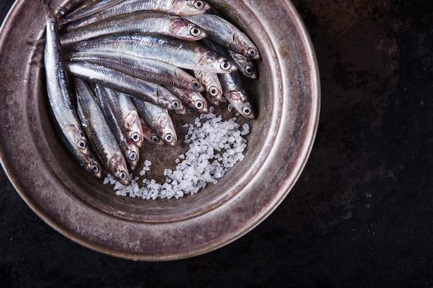 Anchoa de pescado marino fresco. comida fiesta de verano