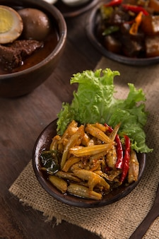 Anchoa picante de comida tradicional javanesa