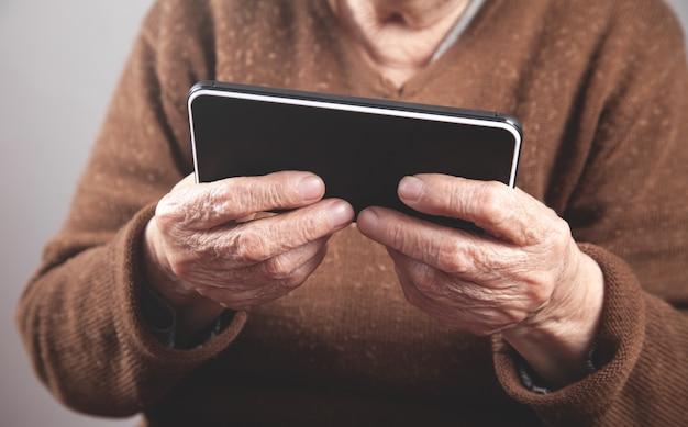 Anciana caucásica con smartphone.