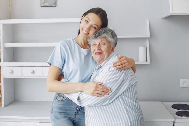 Anciana en una cocina con nieta joven