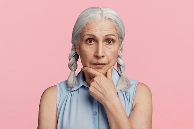 Anciana con coletas posando