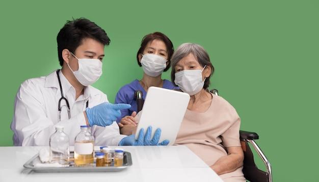 Anciana conoce al médico al consultor sobre salud.