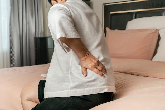 Anciana dolor de espalda en casa, concepto de problema de salud