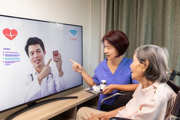 Anciana se encuentra con un médico en línea para un consultor sobre salud.