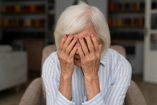 Anciana enfrentando la enfermedad de alzheimer