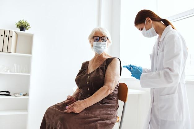 Anciana con una epidemia de virus de pasaporte de vacuna de médico