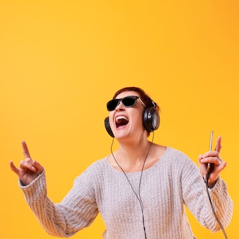 Anciana escuchando música rock