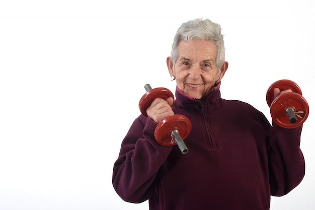 Una anciana haciendo pesas sobre fondo blanco