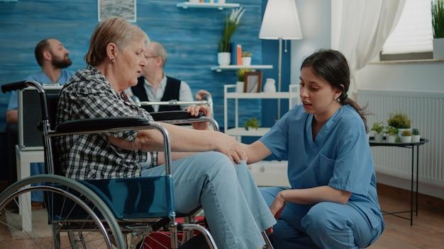 Anciana en el hogar de ancianos recibiendo visita médica
