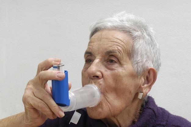 Anciana con un inhalador