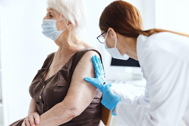 Anciana con un médico pasaporte covid protección de inmunidad