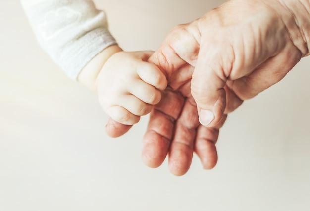 Una anciana y un niño tomados de la mano juntos.