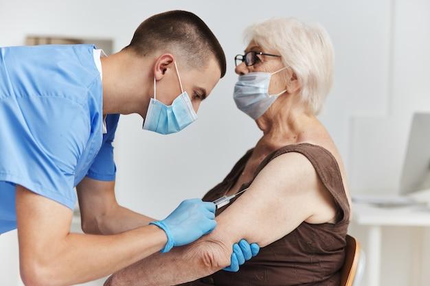 Anciana en el pasaporte de la vacuna del hospital cuidado de la salud
