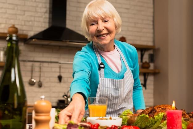 Anciana preparando la vista frontal de comida de acción de gracias
