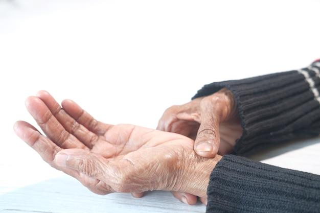 Anciana que sufre de dolor aislado en blanco