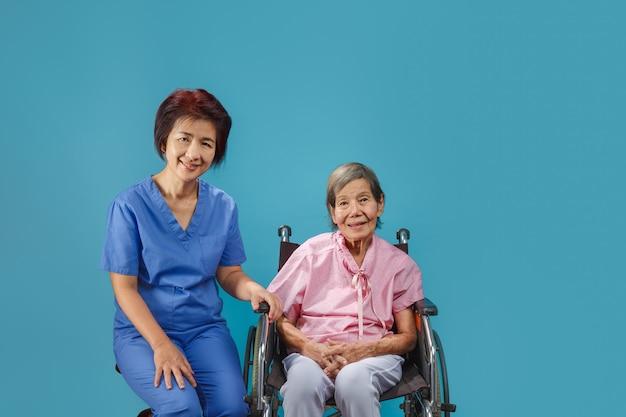 Anciana con su cuidador sonriendo