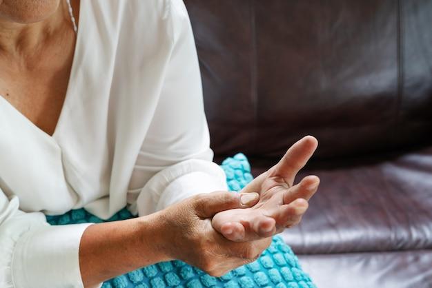 Anciana sufre de dolor de mano de muñeca, concepto de problema de salud
