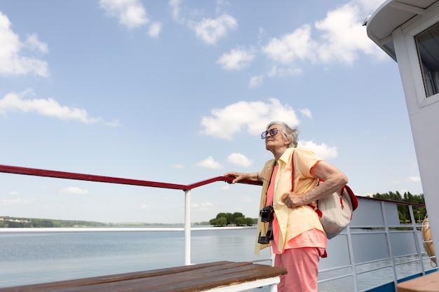 Anciana viajando sola en verano