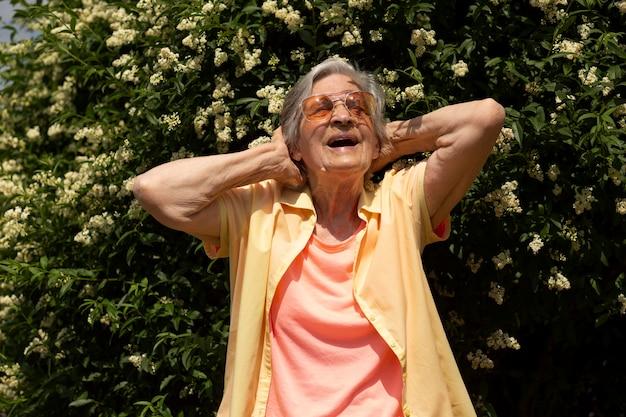 Anciana viajando sola en el verano