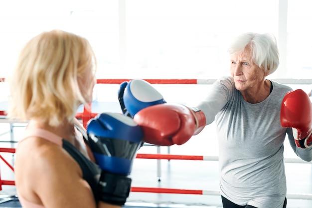 Ancianas en ring de boxeo