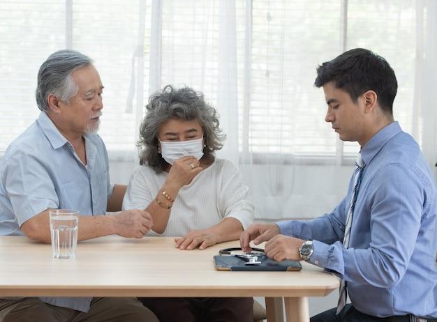 Anciano abuelo asiático reunión médico visita a casa