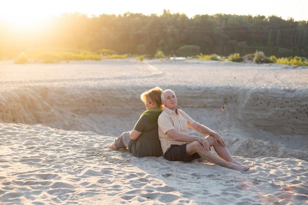 Anciano y anciana como pareja en el verano en el sol, pareja senior relajarse en primavera verano.