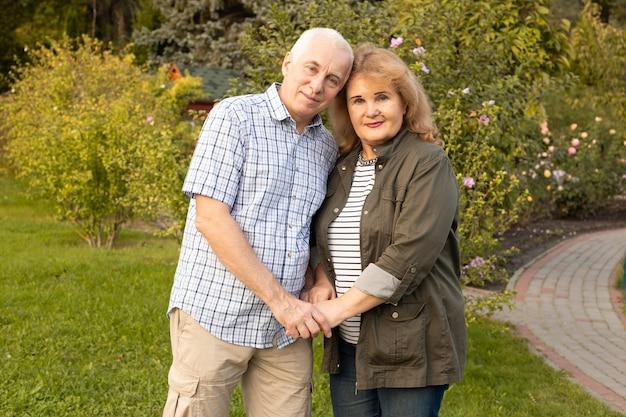 Anciano y anciana en pareja