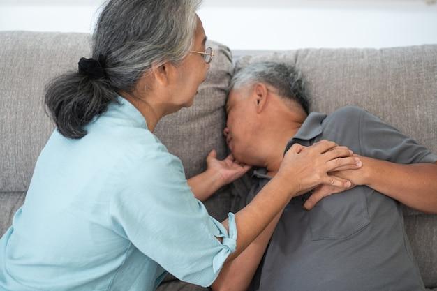 Anciano asiático tiene dolor con las manos en el pecho y tiene un ataque al corazón