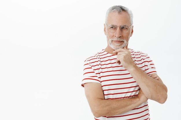Anciano barbudo en camiseta a rayas