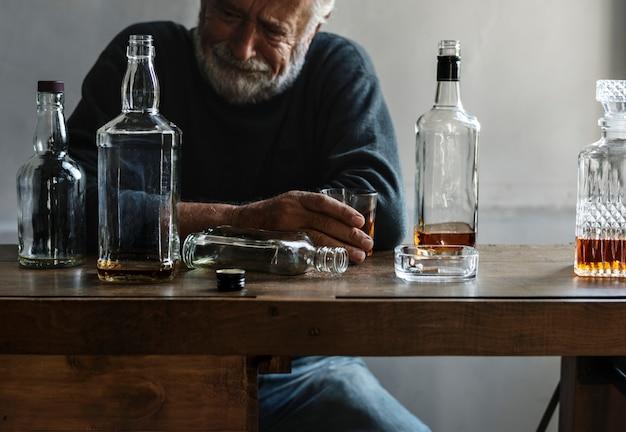 Anciano bebiendo alcohol