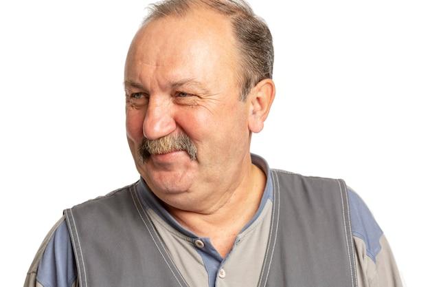 Anciano con bigote riendo