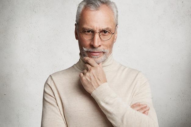 Anciano canoso barbudo con cuello alto