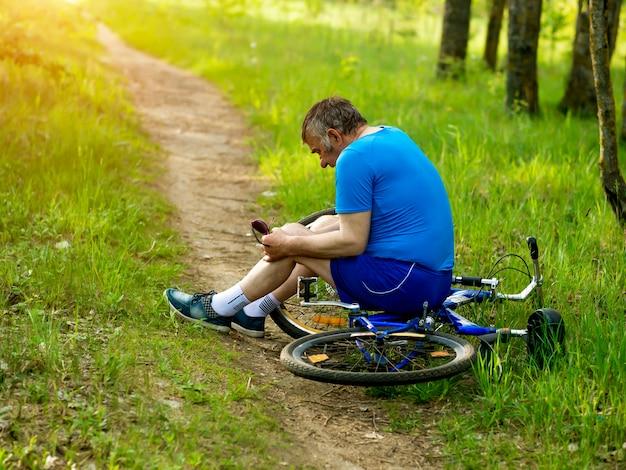 Un anciano se cayó de la bicicleta y se lastimó la rodilla.