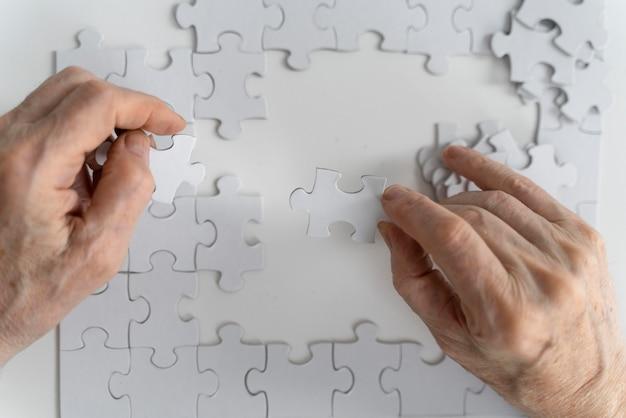 Anciano enfrentando la enfermedad de alzheimer