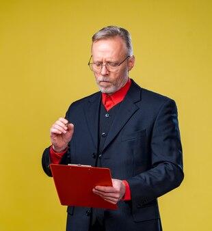 Anciano de gafas con documentos
