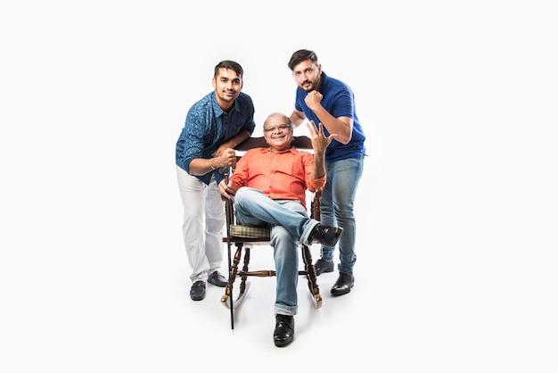 Anciano indio o padre con hijo e hija, sentado en una mecedora
