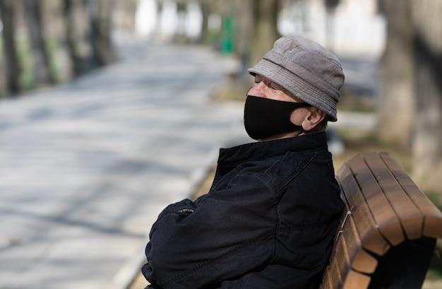 Anciano en una máscara médica