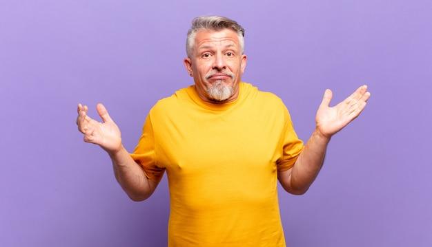 Anciano mayor que se siente desconcertado y confundido, dudando, ponderando o eligiendo diferentes opciones con expresión divertida