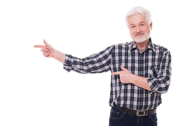 Anciano muestra en algo