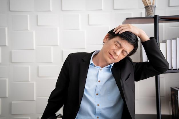 El anciano de negocios asiático tiene el problema del síndrome de la oficina debido al trabajo duro. concepto de equilibrio de vida laboral y salud en personas trabajadoras.