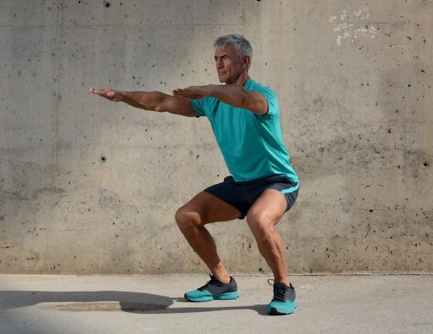 Anciano practicando deportes